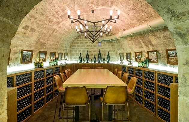 Sommelier-guided tour and wine tasting