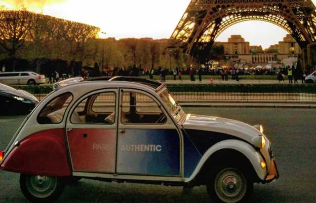 Night tour of Montmartre in a 2CV with champagne